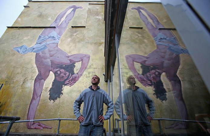 Cosmo Sarson voor zijn merkwaardige muurschildering.
