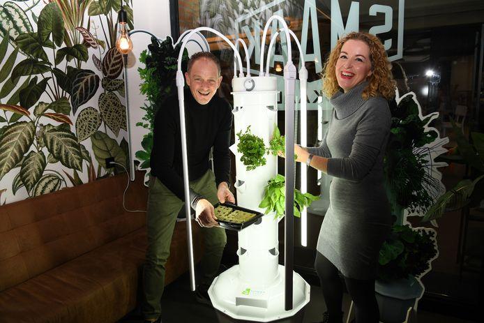 In de 'Kas' van lunchroom Smaak demonsteren eigenaar Rob Marcelissen en leverancier Suzanne Broers de verticale groeituin.