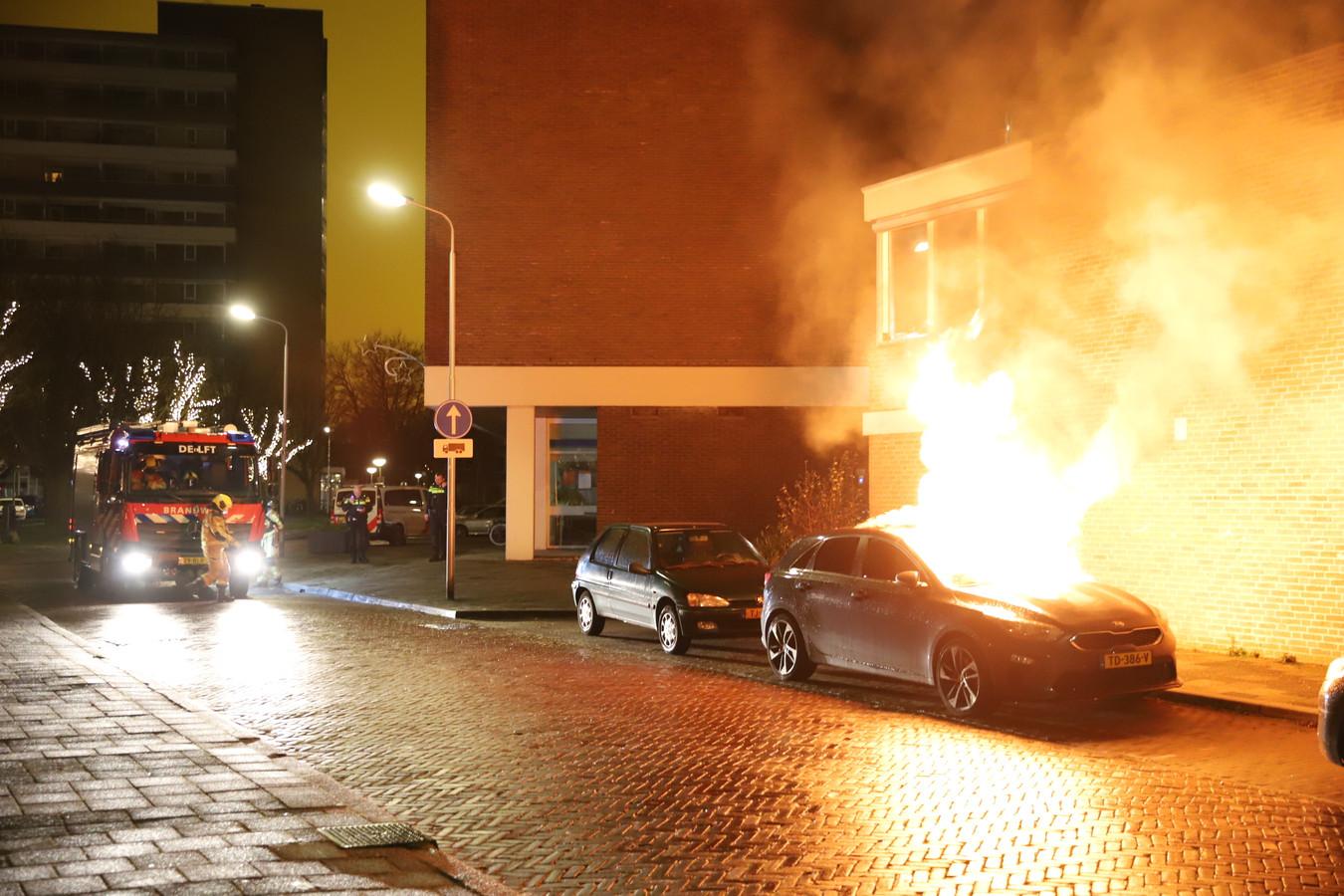 Een geparkeerde auto aan de Van Adrichemstraat in Delft is vannacht uitgebrand.