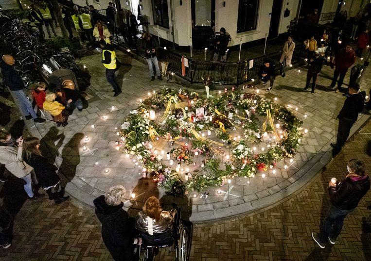 Rouwenden bij bloemen op de plek waar vorig jaar in november de 73-jarige Arnhemmer Jan werd doodgeslagen.  Beeld ANP