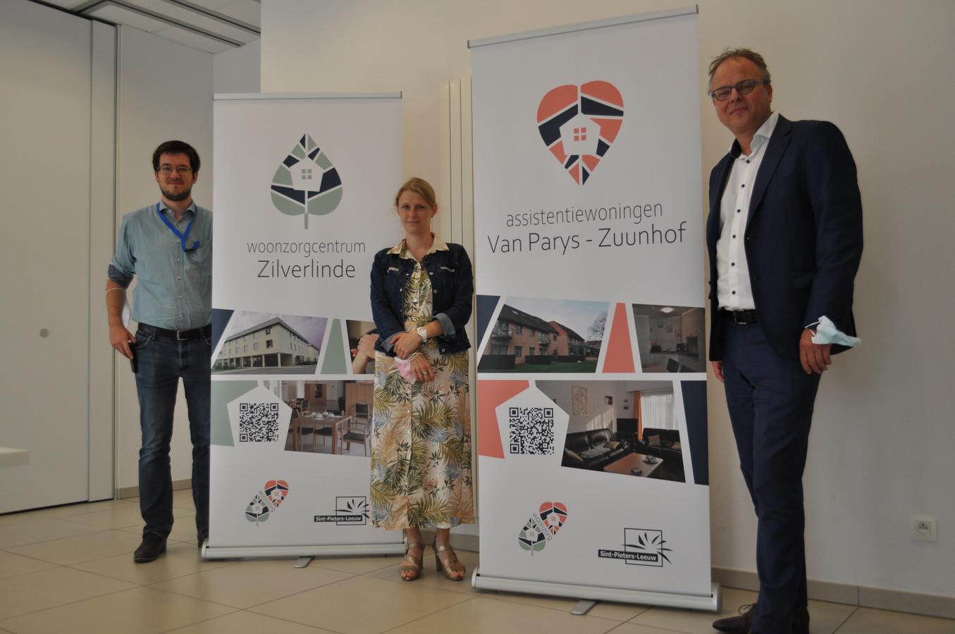 Burgemeester Jan Desmeth (N-VA) met de verantwoordelijken van het woonzorgcentrum Zilverlinde en de assistentiewoningen bij de nieuwe logo's.