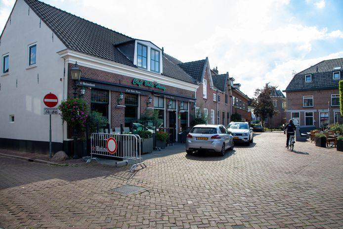Bij mooi weer is de Plaats bij café Bolle Harry een groot terras.