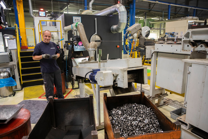 Nedschroef Helmond: dikke staaldraad de machine in, klinknagels de machine uit.