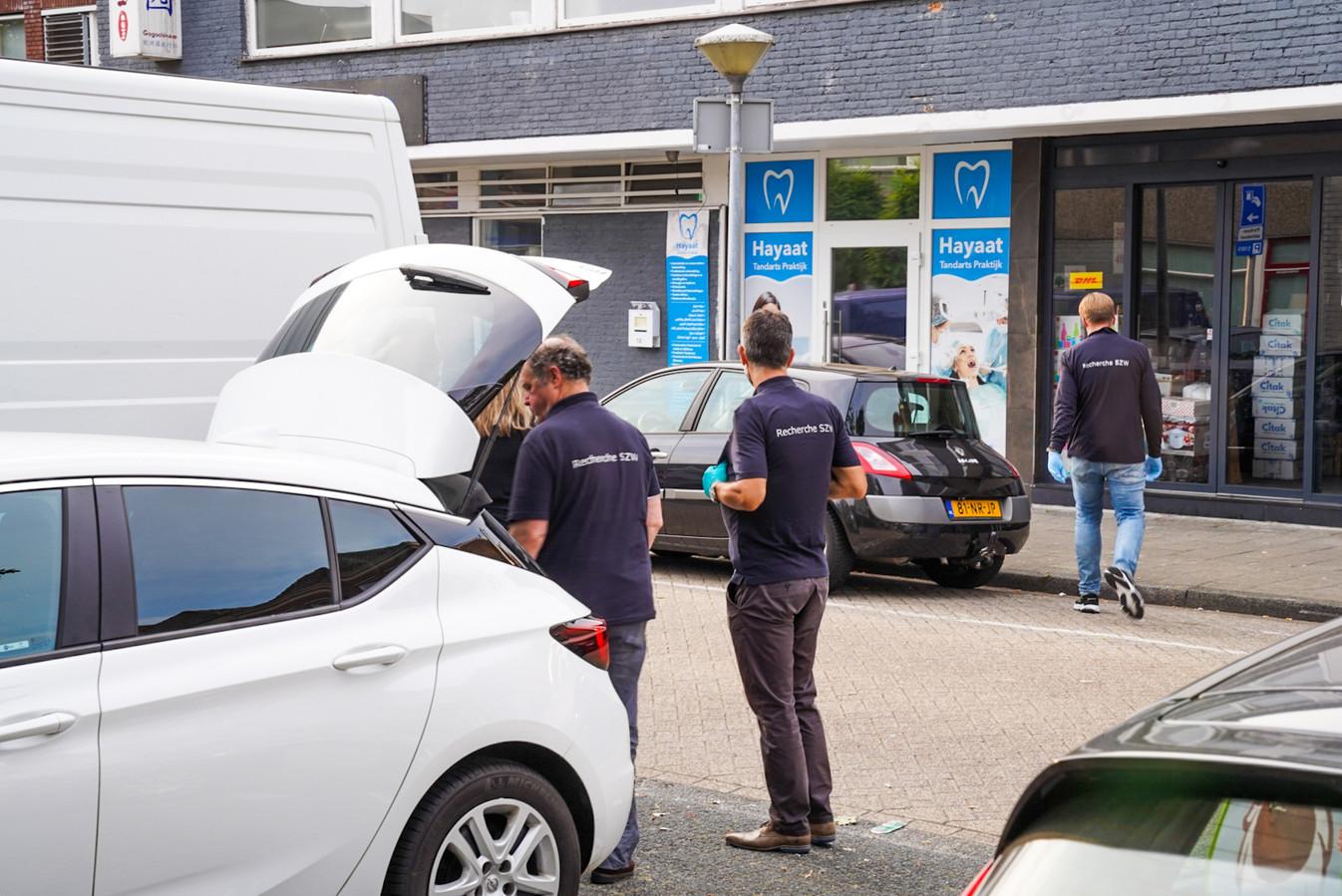 Medewerkers van de Inspectie SZW bij de tandartspraktijk aan de Nieuwe Fellenoord in Eindhoven.
