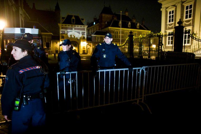 Beveiligers voor de Tweede Kamer in Den Haag. Beeld Martijn Beekman / de Volkskrant