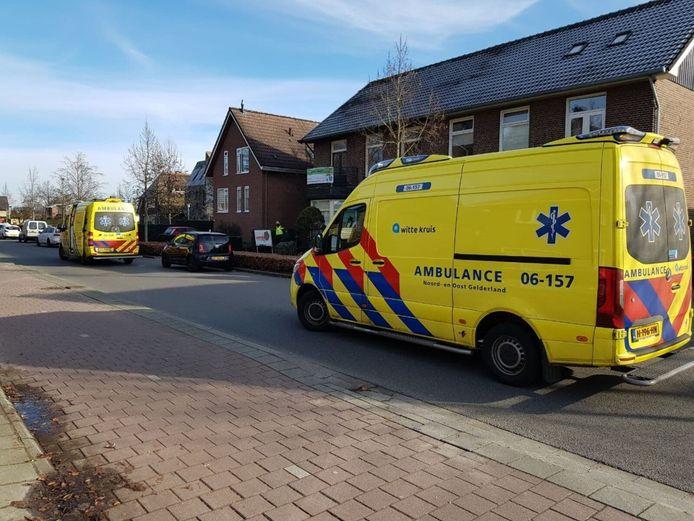 Een man is gewond geraakt toen hij door een dak viel tijdens het klussen aan een woning aan de Lievelderweg in Lichtenvoorde.