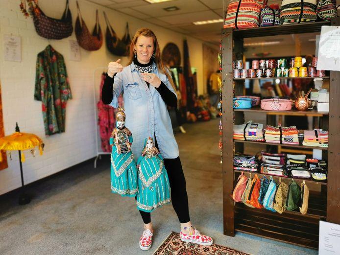 Rebecca Vermeirssen in haar yogastudio in Terneuzen waar zij momenteel haar fairtrade schatten verkoopt.