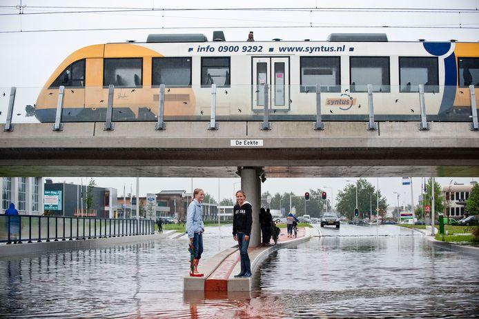 Het vergroenen van de leefomgeving kan ertoe bijdragen dat flinke 'klimaatbuien', zoals die op 26 augustus 2010, niet meer zoveel wateroverlast kunnen veroorzaken zoals hier op de Eektestraat of op andere plekken in Oldenzaal
