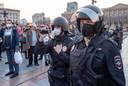 Russische agenten filmen betogers in n Khabarovsk, zo'n 6000 kilometer ten  oosten van Moskou.
