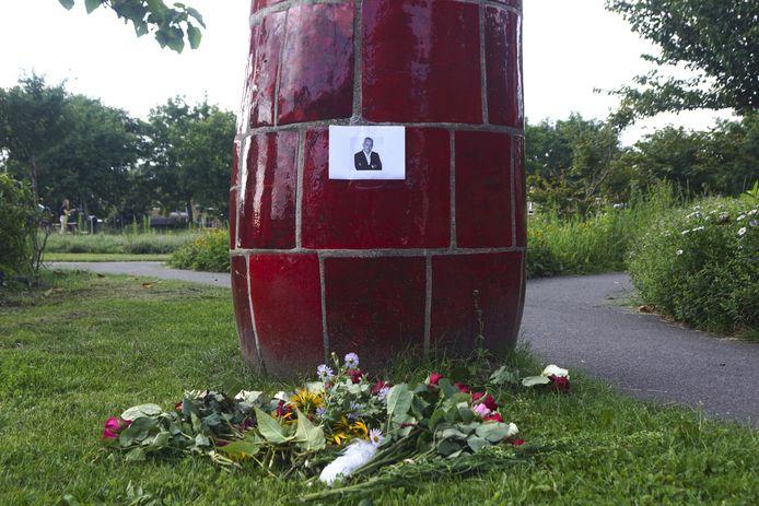 In het Kaipark in Amersfoort is een gedenkplek ingericht voor de overleden misdaadjournalist Peter R. de Vries.
