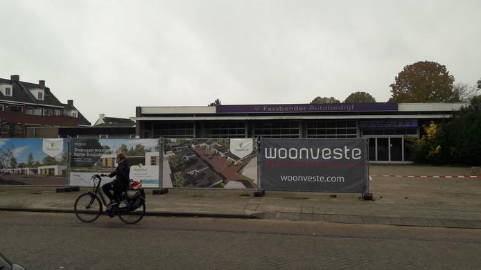 Hekken zijn al geplaatst op de locatie van de voormalige garage Fassbender in Schijndel. Hier komen onder meer elf nieuwe bungalows.