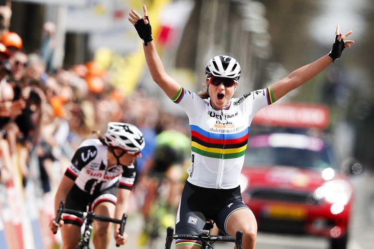 Chantal Blaak juicht na het winnen van de vorige editie van de Amstel Gold Race voor vrouwen. Beeld ANP