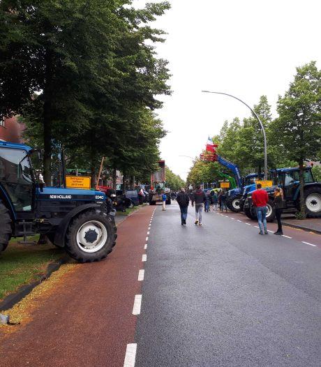 Boeren demonstreren opnieuw, nu bij politiebureau in Zwolle en de Lichtmis
