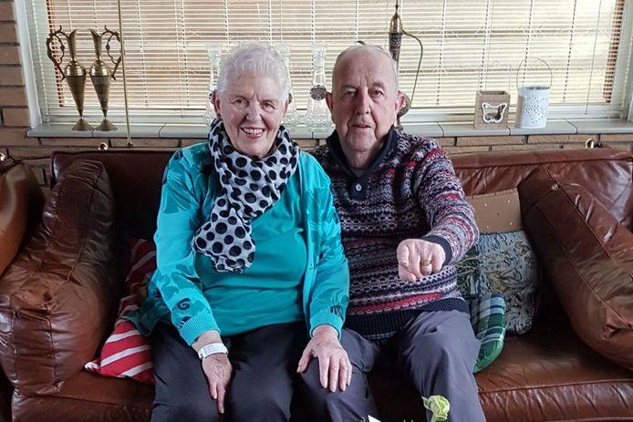 Daan en Corrie samen op de bank in hun woning in Barendrecht. De twee deden alles samen, en hadden meer dan twintig jaar een winkel in Carnisse.
