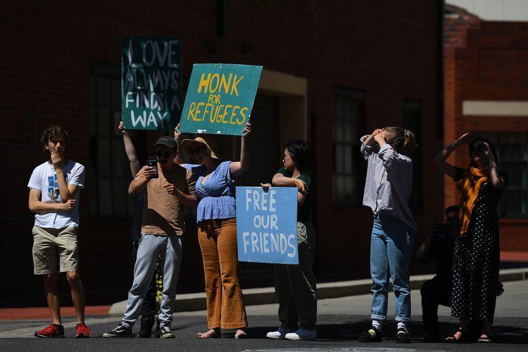 Demonstranten protesteren begin deze maand in Melbourne voor de vrijlating van 60 vluchtelingen en asielzoekers die in een hotel in de stad werden vastgehouden. Beeld EPA