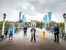 Onmetelijke lulligheid op de Magere Brug: Sneijder met urn en EK-mascotte uit een low budget horrorfilm