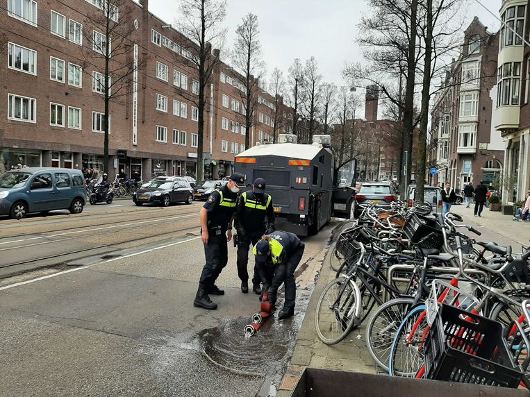 Politie vlak na het vullen van het waterkanon. Beeld Marc Kruyswijk