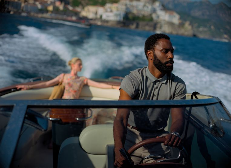 Elizabeth Debicki en John David Washington in 'Tenet'.  Beeld AP