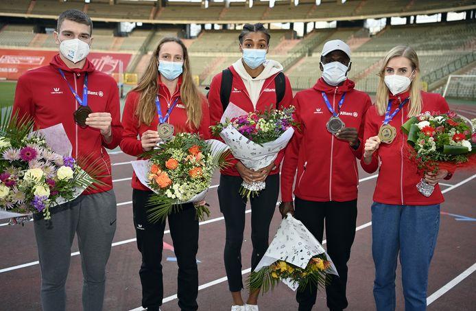 Thomas Carmoy, Noor Vidts, Nafissatou Nafi Thiam, Isaac Kimeli en Elise Vanderelst met hun medaille op het EK indoor