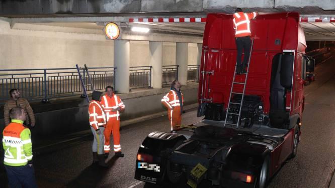 Weer vrachtauto onder viaduct Waalwijk, weg twee uur dicht geweest
