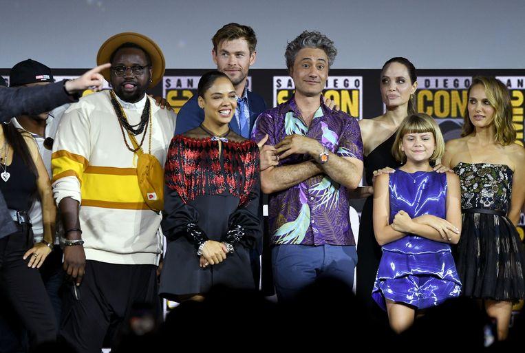 Tessa Thompson (tweede van links) mocht de eerste biseksuele held vertolken. Angelina Jolie (achteraan, tweede van rechts) speelt straks aan de zijde van de eerste homoseksuele held.