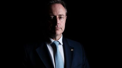 """De Wever: """"Alleen staan basketten of uitrusten op een bank, dat mag niet. Sorry, maar dat ga ik niet handhaven"""""""
