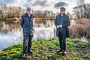 Hans Groeneveld (wit haar) en Leo Pols van de Midden Delflandvereniging in het Abtswoudse Bos bij de Delftse wijk Tanthof.