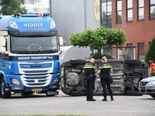 Automobilist komt na botsing vlak voor vrachtwagen terecht