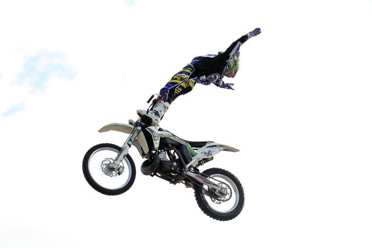 Een archiefbeeld van een spectaculaire sprong waarbij William op het stuur staat.