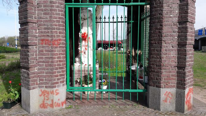Een paar jaar geleden bekladde een Eindhovenaar veel kerken en kapelletjes in de regio. De politie klopte al snel bij hem aan toen in 2019 urnen en kruisbeelden van kerkhoven verdwenen.