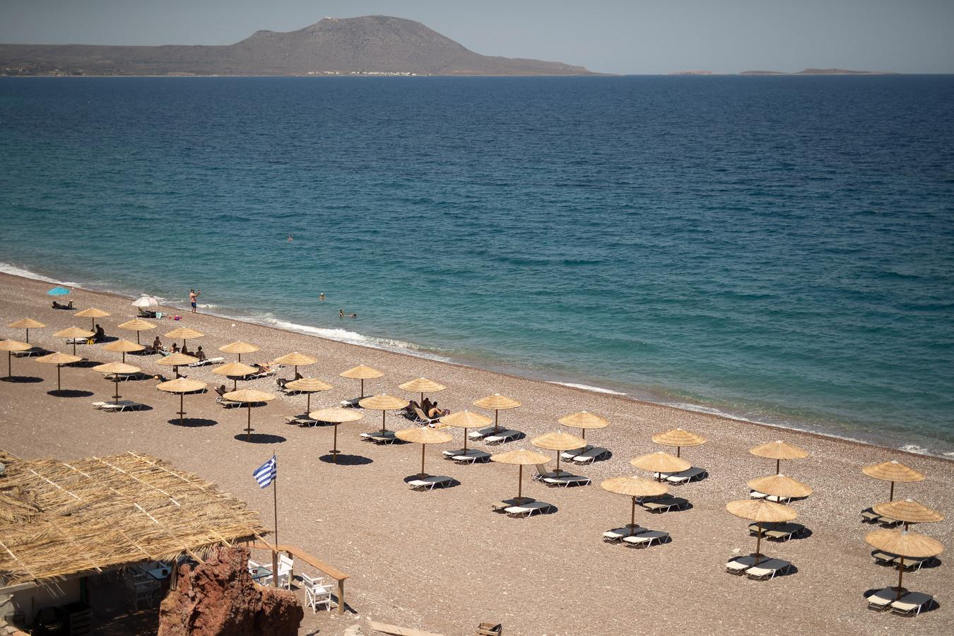 Een leeg strand tijdens de afgelopen zomer op het Griekse eiland Kithira. De Grieken willen dat de toeristenstroom weer op gang komt.