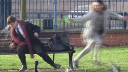 'Grapjas' verguisd nadat hij te midden van grote Britse angst voor zuuraanvallen water in mensen hun gezicht gooit