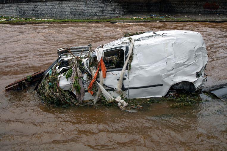 Een auto in de Vesder, de rivier die dwars door Verviers stroomt. Beeld HJ Hunter
