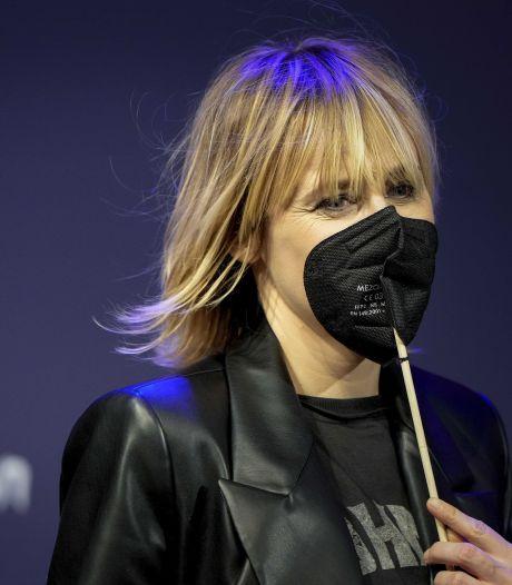 Quel est donc ce drôle de masque porté par la chanteuse d'Hooverphonic?