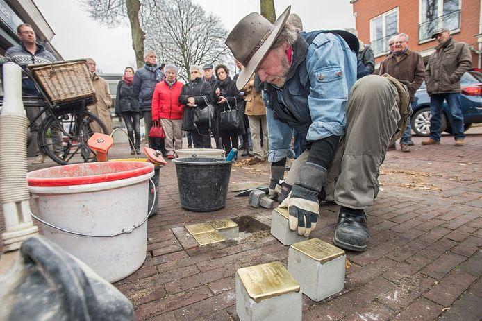 In Oss liggen al op diverse plekken struikelstenen. Hier plaatst kunstenaar Gunter Demnig zes stenen in de stoep voor de slagerij in Geffen.