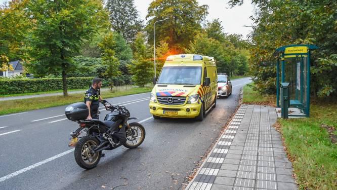 Motorrijder slipt op glad wegdek Utrechtseweg in Doorwerth en raakt gewond