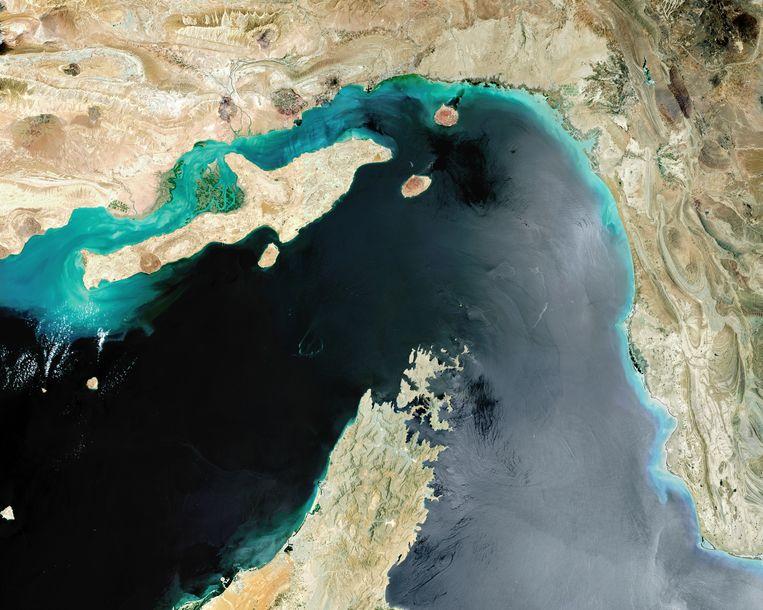 Satellietbeeld van de Straat van Hormuz tussen Iran in het noorden en de Verenigde Arabische Emiraten in het zuiden. Beeld Getty Images