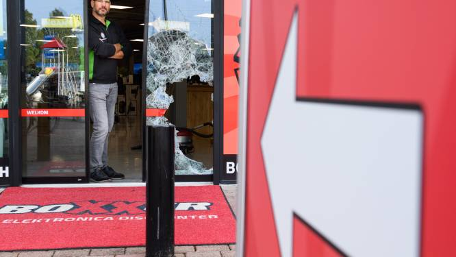 Brutale roof op Almelose Woonboulevard: 'Ze sloegen de extra beveiligde voordeur met een voorhamer aan gort'