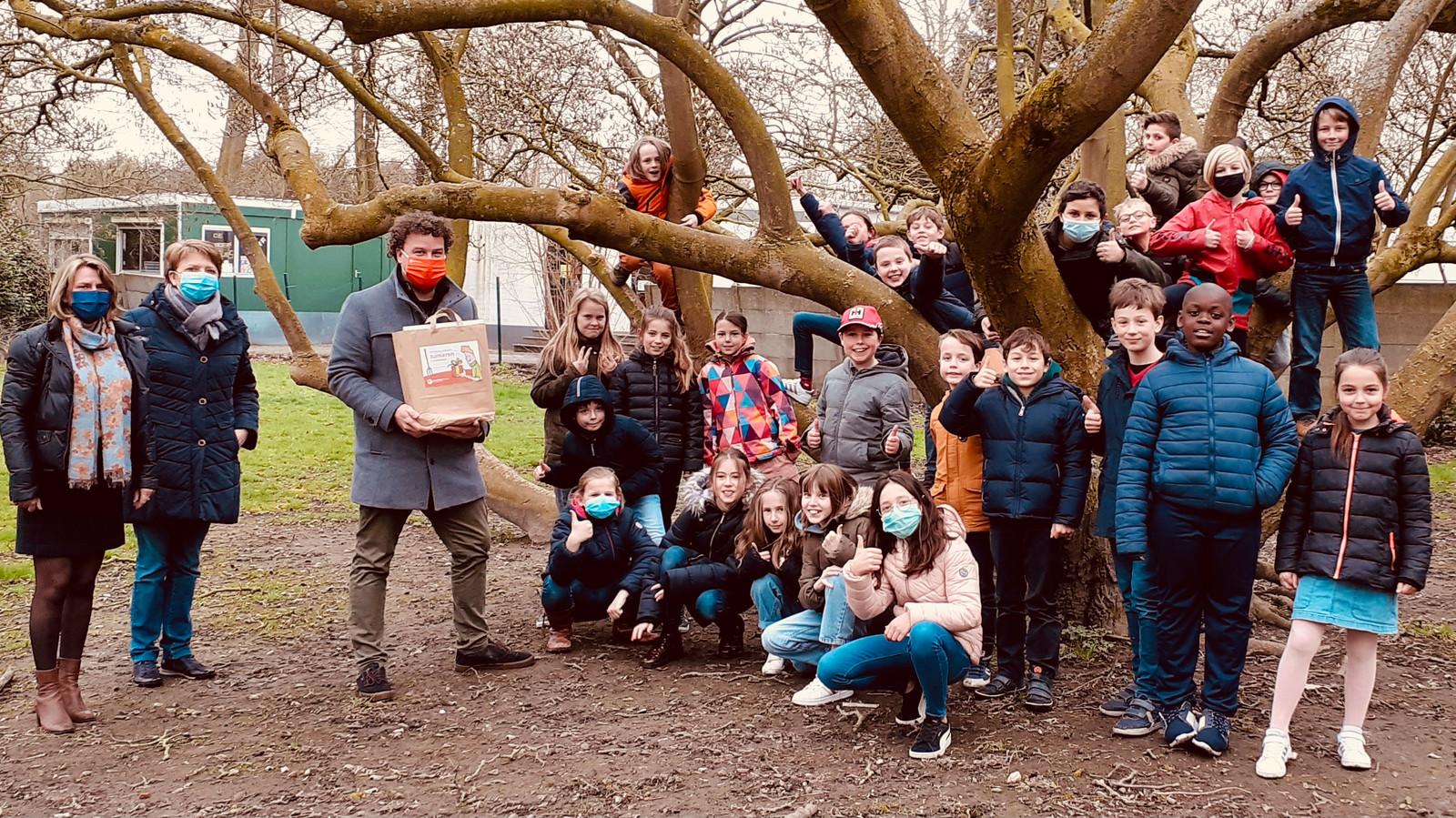 Enkele leerlingen van het vierde leerjaar hielpen schooltuinman Gaston Van Heddeghem om de moestuin te bemesten en om te spitten.