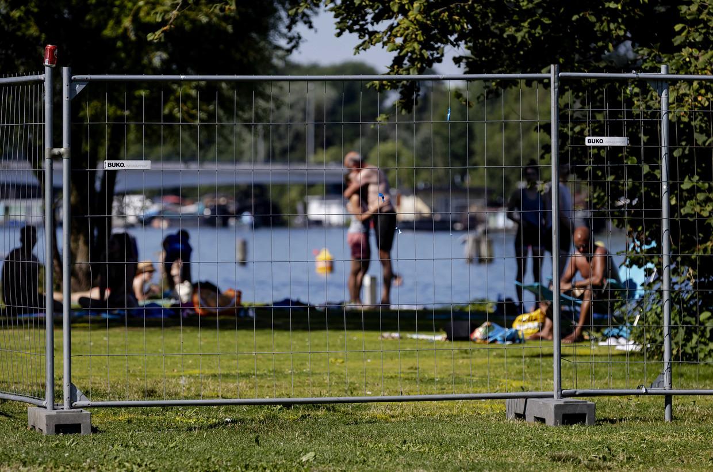 Op drukke dagen plaatst de gemeente hekken om Park Somerlust. Beeld ANP