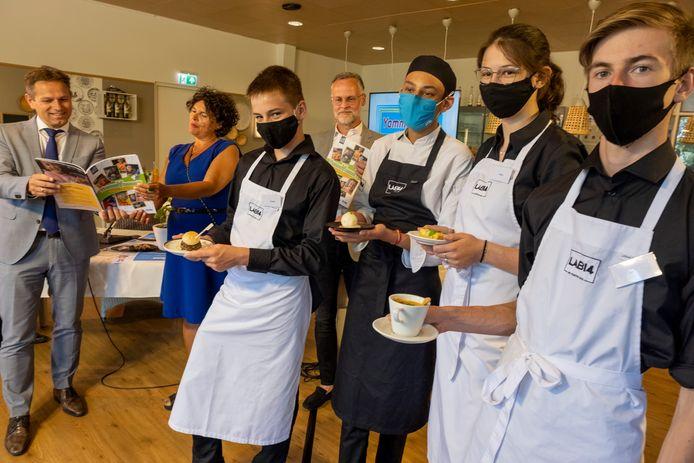 Terwijl het nieuwe kookboek onthuld werd, presenteerden leerlingen gerechten uit het boek.
