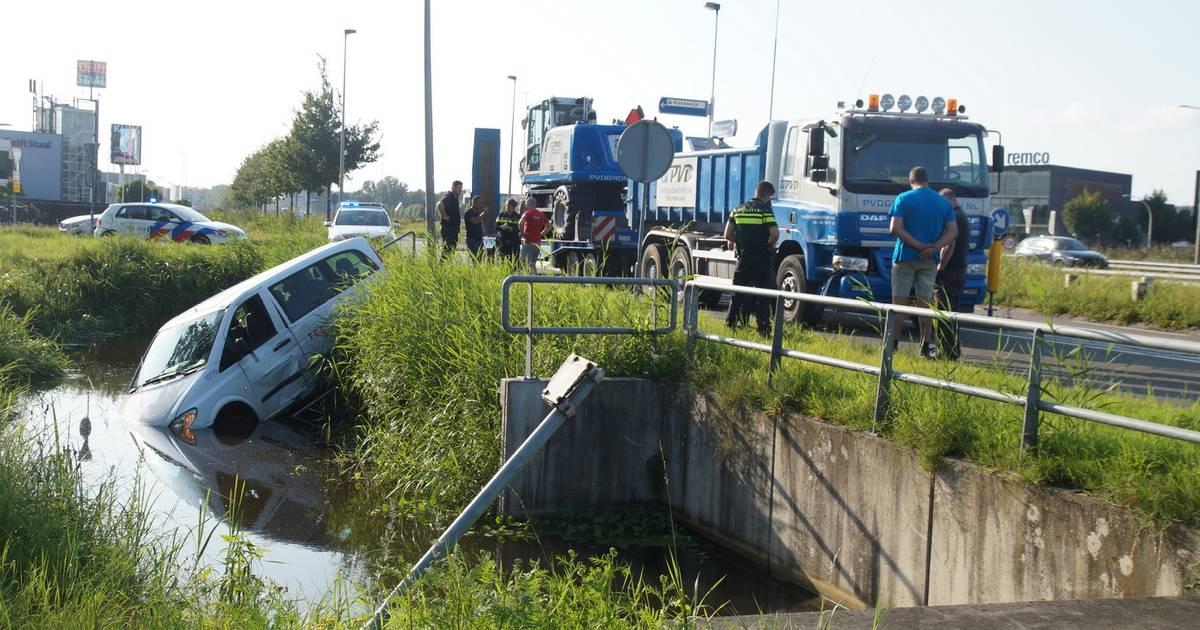 Bestelbus belandt in water na botsing met vrachtwagen in Nieuwkuijk.