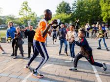 Prof-basketballer Nené uit Tilburg op bezoek bij oude school: 'Hou vol, voor mij leek het ooit ook onmogelijk'