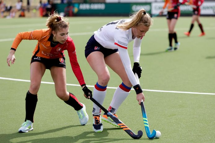 Caia van Maasakker (rechts) heeft haar laatste wedstrijd gespeeld voor SCHC.