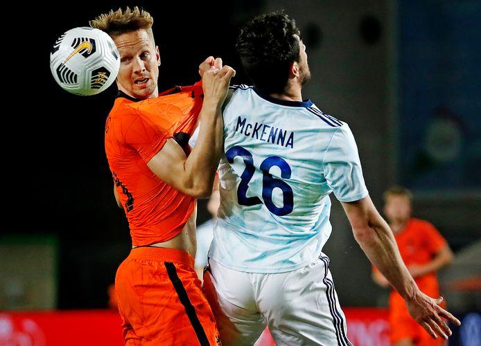 Luuk de Jong in duel met McKenna.