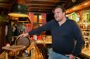 Johan de Vos van cafe Boerke Verschuren in Breda achter zijn toog.