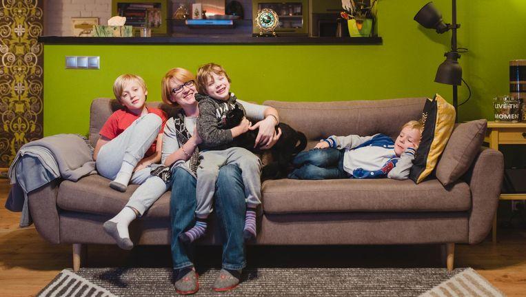 Kinga Szulc met haar zoons Hubert (10), Edward (5) en Olgierd (6) in hun huis in Kartuzy. Ze is gestopt met werken dankzij de toelage uit de '500-plus'-pot. Beeld Fabian Weiss