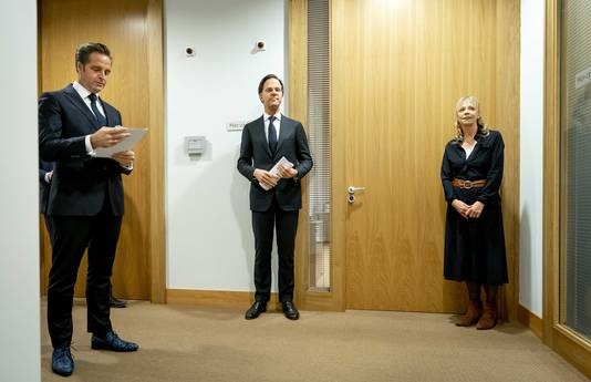 Premier Mark Rutte en minister Hugo de Jonge (Volksgezondheid) voorafgaand aan een persconferentie voor een toelichting op de coronamaatregelen in Nederland.