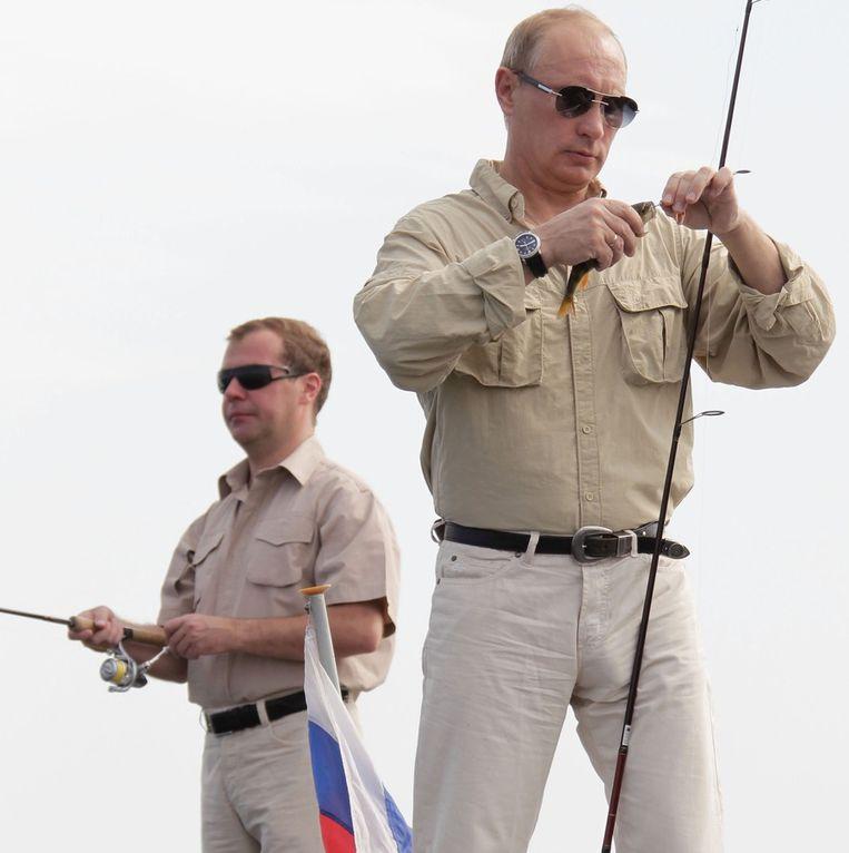 Poetin tijdens zijn vakantie aan de Wolga met president Medvedev Beeld null