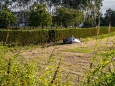 Auto belandt ondersteboven in weiland in Kruisland, beschonken bestuurder (18) aangehouden